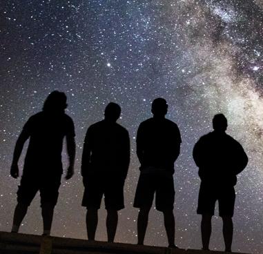 Menschen vor Sternhimmel